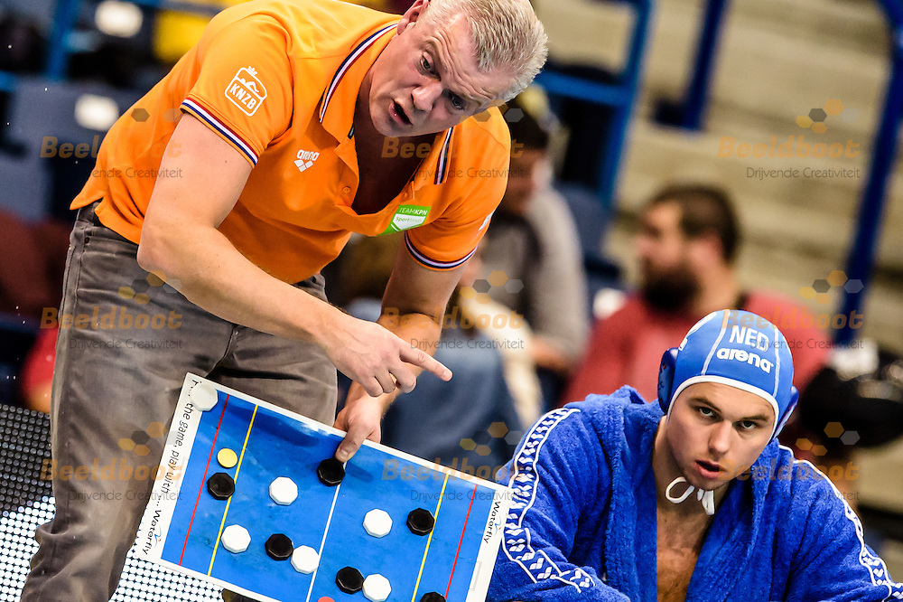 16-01-2016: waterpolo: Kroatie v Nederland : Belgrado<br /> <br /> Headcoach VAN GALEN Robin instrueert Yoran Frauenfelder<br /> <br /> Waterpolomatch between team men Croatia vs The Netherlands during LEN European Championship waterpolo 2016 in Belgrade<br /> <br /> Foto: Gertjan Kooij