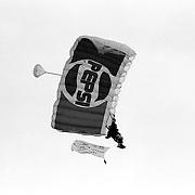 NLD/Huizen/19910525 - Waterspektakel Huizen 1991, parachutist
