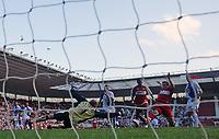 Photo: Andrew Unwin.<br />Middlesbrough v Blackburn Rovers. The Barclays Premiership. 23/09/2006.<br />Middlesbrough's Mark Viduka (R) tries to beat Blackburn's Brad Friedel (L) to the ball.