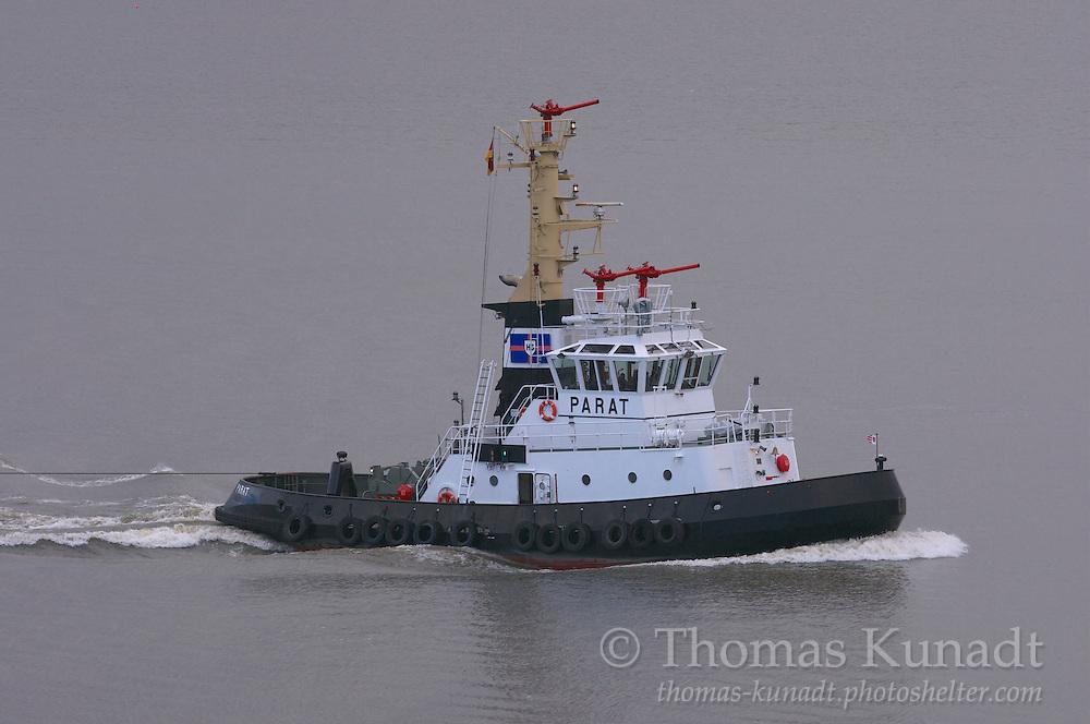 Schlepper PARAT auf der Elbe vor Blankenese mit Ponton BÄR im Schlepp in den Farben der Reederei Hans Schramm & Söhne, Brunsbüttel am 02.10.2009