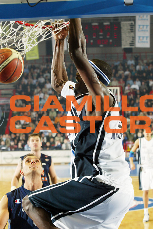 DESCRIZIONE : Napoli Lega A1 2005-06 Carpisa Napoli Basket-Lottomatica Virtus Roma<br /> GIOCATORE : Sesay<br /> SQUADRA : Carpisa Napoli Basket<br /> EVENTO : Campionato Lega A1 2005-2006<br /> GARA : Carpisa Napoli Basket Lottomatica Virtus Roma<br /> DATA : 06/01/2006 <br /> CATEGORIA : <br /> SPORT : Pallacanestro <br /> AUTORE : Agenzia Ciamillo-Castoria/G.Ciamillo