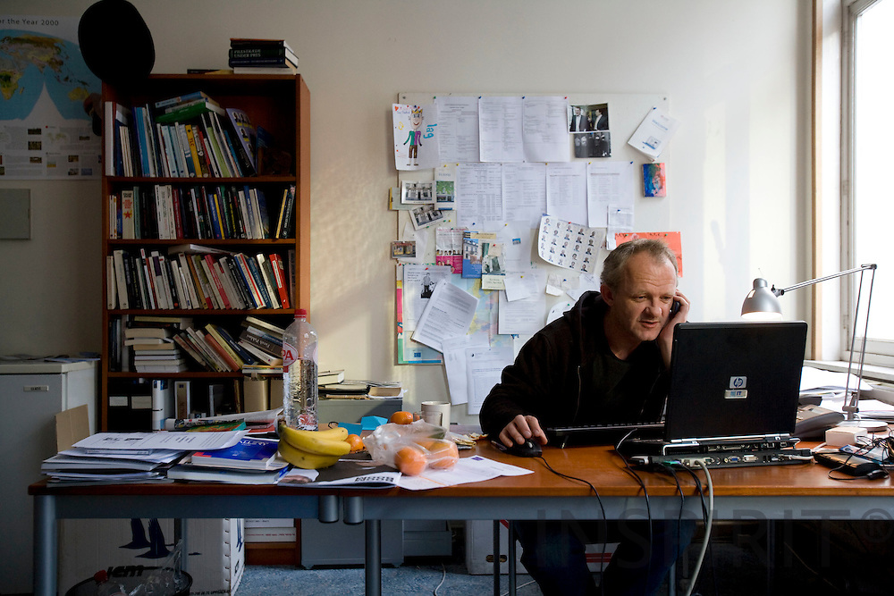 BRUSSELS - BELGIUM - 14 NOVEMBER 2007 --  Journalist Claus KRAGH, Berlingske Tidende's redaktion i Bruxelles.  Photo: Erik Luntang/