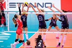 12.06.2018, Porsche Arena, Stuttgart<br /> Volleyball, Volleyball Nations League, Türkei / Tuerkei vs. Niederlande<br /> <br /> Angriff Seyma Ercan (#5 TUR) - Block  / Dreierblock Maret Balkestein-Grothues (#6 NED), Nicole Koolhaas (#22 NED), Lonneke Sloetjes (#10 NED)<br /> <br /> Foto: Conny Kurth / www.kurth-media.de