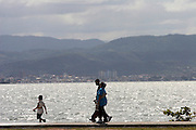 Florianopolis_SC, Brasil...Familia na avenida Beira-Mar, no centro da capital catarinense...A family in Beira-Mar avenue, in Florianopolis center, Santa Catarina...Foto: LEO DRUMOND / NITRO