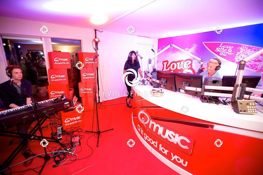 AMSTERDAM - Op het dakterras van Q-Music is een bijzonder miniconcert gehouden. Met hier op de foto  radio DJ Kristel van Eijk en de Noorse popster Maria Mena. FOTO LEVIN DEN BOER - PERSFOTO.NU