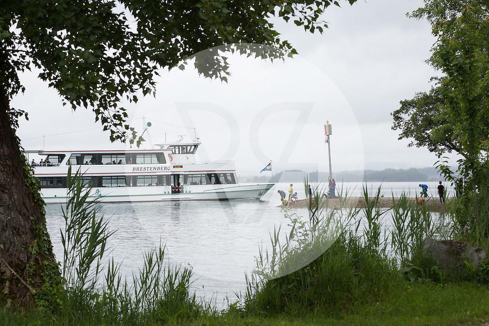 SCHWEIZ - MEISTERSCHWANDEN - MS Brestenberg fährt an der Sturmwarnleuchte im Zopf an einer Schulreise vorbei - 21. August 2016 © Raphael Hünerfauth - http://huenerfauth.ch