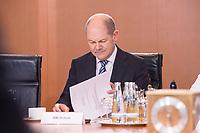 14 MAR 2018, BERLIN/GERMANY:<br /> Olaf Scholz, SPD, Bundesminister der Finanzen, liest in seinen Unterlagen, vor Beginn der ersten Sitzung des Kabinetts Merkel IV, Kabinettsaal, Bundeskanzleramt<br /> IMAGE: 20180314-02-035<br /> KEYWORDS: Kabinett, Kabinettsitzung, Sitzung,, neues Kabinett