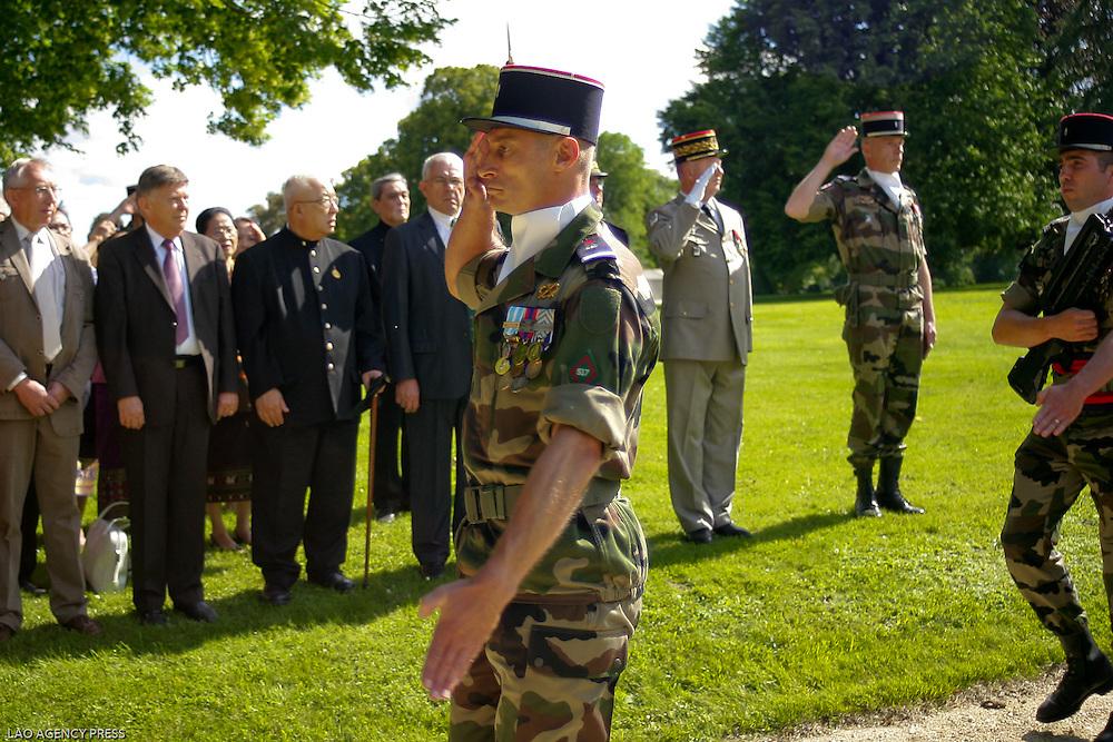 Passation de Commandement au 517 RT. Le Colonel Mehu succède au Colonel Bizet à la tête du régiment du Millions d'Elephants, en présence du Prince Régent S.A.R Sauryavong Savang, qui honore ce régiment crée en 1946 au LAOS.
