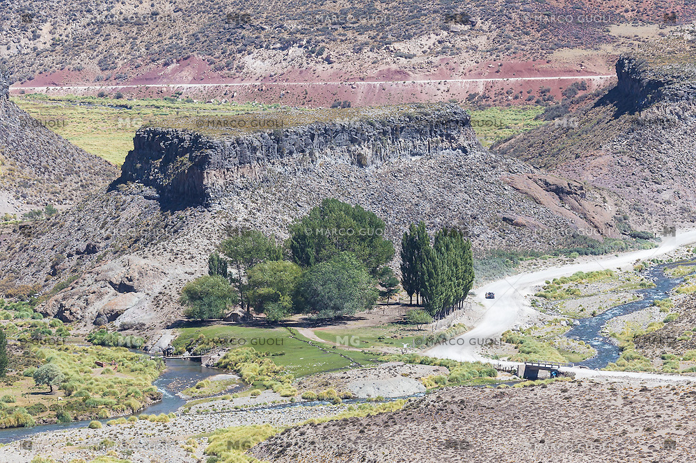 FINCA Y RIO MALARGUE, RESERVA NATURAL CASTILLOS DE PINCHEIRA, MALARGUE, PROVINCIA DE MENDOZA, PATAGONIA, ARGENTINA (PHOTO © MARCO GUOLI - ALL RIGHTS RESERVED)