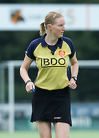 EINDHOVEN - Scheidsrechter Fanneke Alkemade zaterdag bij de oefenwedstrijd tussen het Nederlands team van Jong Oranje Dames en dat van de Vernigde Staten. Volgende week gaat het WK-21 in Duitsland van start. FOTO KOEN SUYK