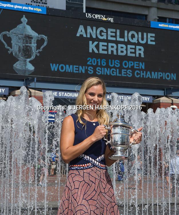 ANGELIQUE KERBER (GER) mit dem US Open 2016 Pokal<br /> <br /> Tennis - US Open 2016 - Grand Slam ITF / ATP / WTA -  USTA Billie Jean King National Tennis Center - New York - New York - USA  - 11 September 2016.