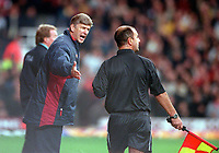 Arsene Wenger the Arsenal Manager argues with Linesman P Barnes. West Ham United 1:2 Arsenal. FA Premiership, 21/10/2000. Credit: Colorsport.