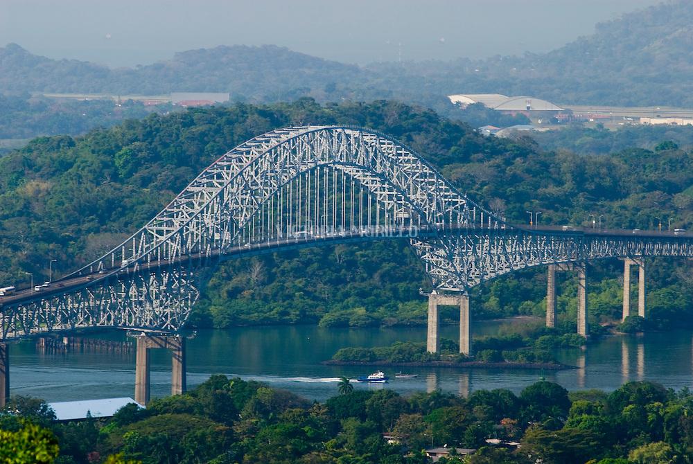 Vista del Puente de la Américas , punto de ingreso y salida de las embarcaciones en el  lado del océano Pacifico del Canal de Panamá. Desde este Centro de Visitantes se puede observar como los barcos se elevan a 16 metros del nivel del mar, realizándolo en 2 procesos, que duran alrededor de 30 minutos..Foto: Ramon Lepage / Istmophoto.