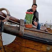 NLD/Volendam/20120314 - Jan Smit doopt naar hem vernoemde tulp, Jan Smit met de naar hem vernoemde rood witte tulp