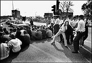 Nederland, Nijmegen, 10-9-1985<br /> Demonstratie van studenten tegen de wet op de studiefinanciering en hervormingen in het wetenschappelijk onderwijs door minister Deetman. Die kreeg te maken met grote demonstraties van studenten na de verhoging van de collegegelden en het verkorten van de studieduur. Hier bezetten, blokkeren, actievoerders de Oranjesingel, een uitvalsweg van de stad. een van de studentenleiders wordt afgevoerd. Ook het bestuursgebouw en het erasmusgebouw van de KUN, RU, katholieke universiteit, radboud, werden regelmatig bezet.<br /> Foto: Flip Franssen/Hollandse Hoogte
