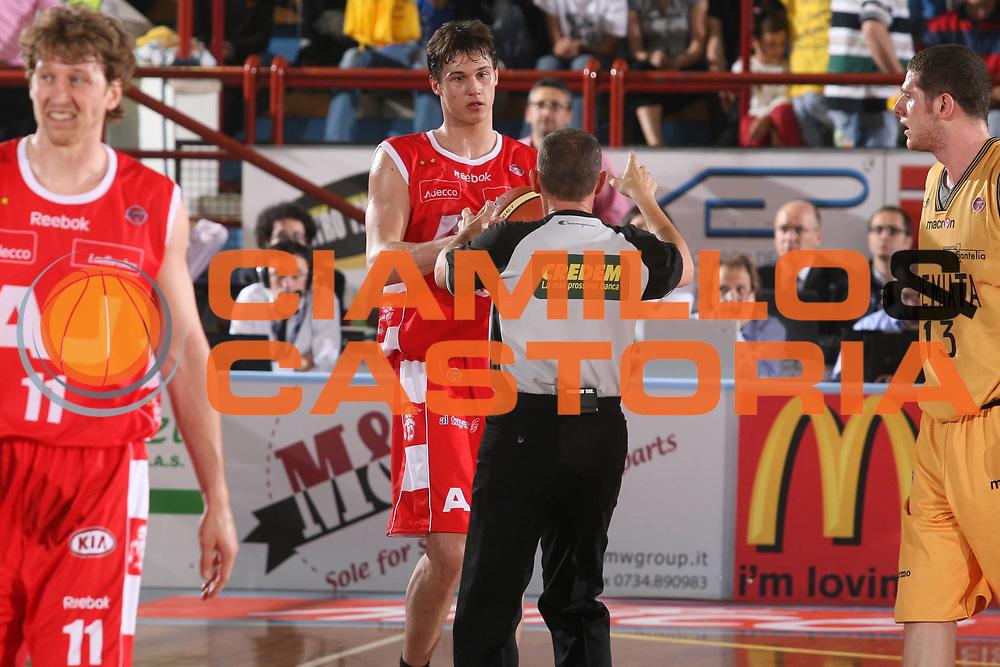DESCRIZIONE : Porto San Giorgio Lega A1 2007-08 Playoff Quarti di Finale Gara 1 Premiata Montegranaro Armani Jeans Milano <br /> GIOCATORE : Danilo Gallinari Arbitro <br /> SQUADRA : Armani Jeans Milano <br /> EVENTO : Campionato Lega A1 2007-2008 <br /> GARA : Premiata Montegranaro Armani Jeans Milano <br /> DATA : 10/05/2008 <br /> CATEGORIA : Delusione <br /> SPORT : Pallacanestro <br /> AUTORE : Agenzia Ciamillo-Castoria/G.Ciamillo