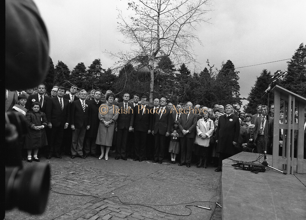 Annual Wolfe Tone Commemoration.  (R65)..1987..11.10.1987..10.11.1987..11th October 1987..The annual Fianna Fáil Wolfe Tone commemoration was held at Bodenstown today, the keynote oration was given by An Taoiseach, Charles Haughey TD...Image shows the crowd led by An Taoiseach, Charles Haughey TD, standing for the playing of the National Anthem.