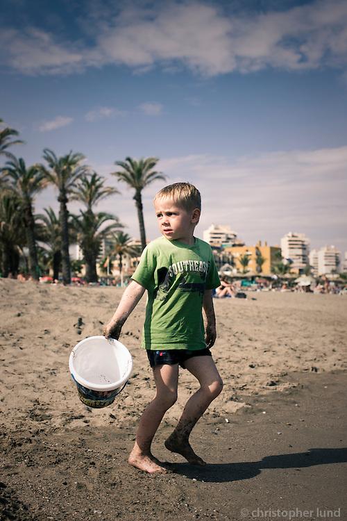 Ari Carl að leika sér á ströndinni á Costa Del Sol.