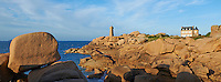 France, Bretagne, Côtes-d'Armor (22), Côtes de Granite Rose, Ploumanac'h, la pointe de Squewel et le phare de Mean Ruz // France, Brittany, Cotes d'Armor (22), Cotes de Granite Rose, Ploumanac'h, Squewel end and Mean Ruz Lighthouse