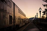 Solen har just g&aring;tt upp &ouml;ver horisonten, Amtrak g&ouml;r ett snabbt stopp.<br /> <br /> Foto: Christina Sj&ouml;gren