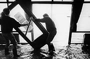 Nederland, Nijmegen 1-2-1995Tijdens historisch hoge waterstand van de Waal prbeert personeel van een cafe aan de waalkade de deur te redden. Hoogwater, milieu, klimaatveranderingschade, natuurgeweld, waterhuishouding.Foto: Flip Franssen/Hollandse Hoogte