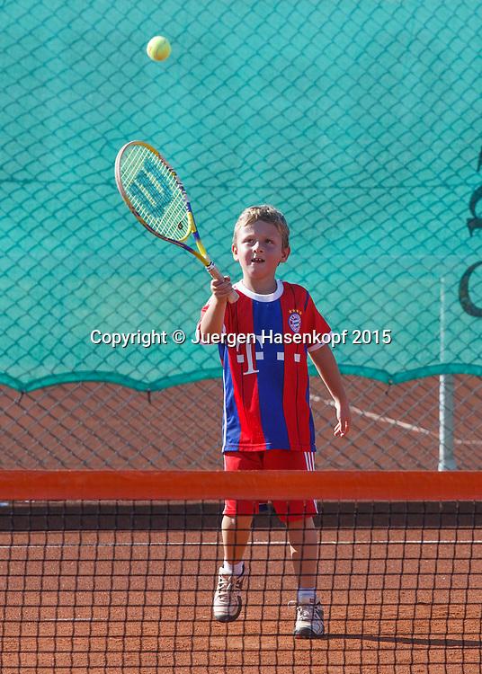 kleiner Junge spielt Tennis im mybigpoint Tennis Camp im  Ali Bey Resort, Side,Tuerkei.<br /> <br />  Ali Bey Resort Side - Side - Antalya - Tuerkei  - 1 October 2015. <br /> &copy; Juergen Hasenkopf