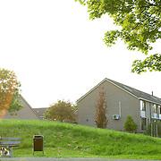 Nederland Rotterdam Deelgemeente prins alexander 14-05-2008 20080514 Foto: David Rozing ..Oosterflank, stelletje zit op bankje in het avondzonnetje.Deelgemeente Prins Alexander is het op 1 na diepst / laag gelegen gebied in Nederland, het laagste punt in de deelgemeent is  6,67 meter beneden NAP . Prins Alexander, second deepest area in the Netherlands, deepest point in this area, below sealevel: - 6,67m NAP...Foto: David Rozing