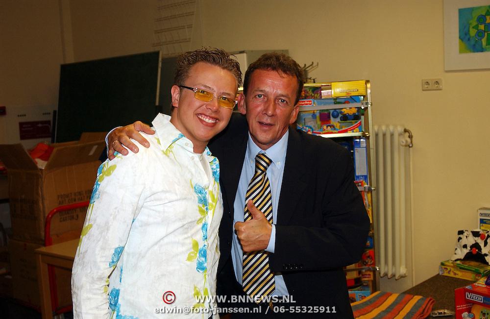Jamai Looman deelt kado's uit in het Radboud ziekenhuis Nijmegen met Tom Metz