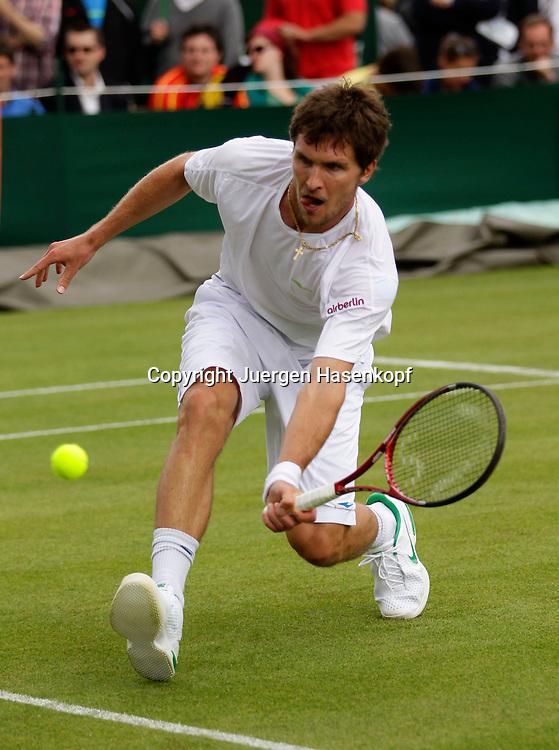 Wimbledon Championships 2011, AELTC,London,.ITF Grand Slam Tennis Tournament , Misha Zverev(GER), Einzelbild,Aktion,Ganzkoerper,Hochformat,.