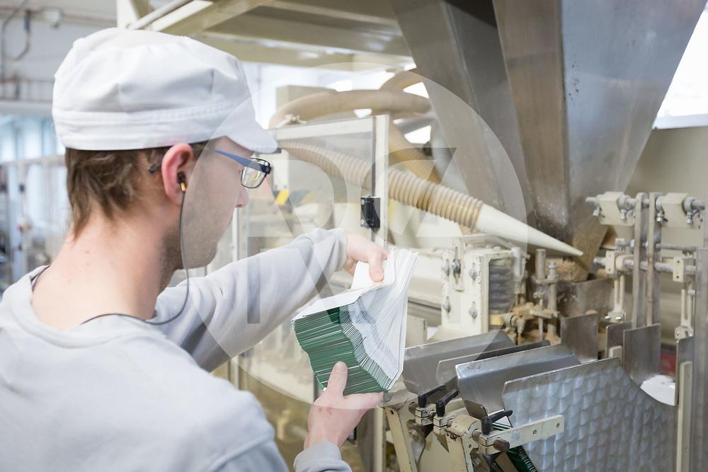 SCHWEIZ - ZÜRICH - Ein Schichtmüller füllt Verpackungen für Bio Haferflocken in eine Verpackungsmaschine der Getreidemühle Swissmill im Kornhaus - 26. Januar 2018 © Raphael Hünerfauth - http://huenerfauth.ch