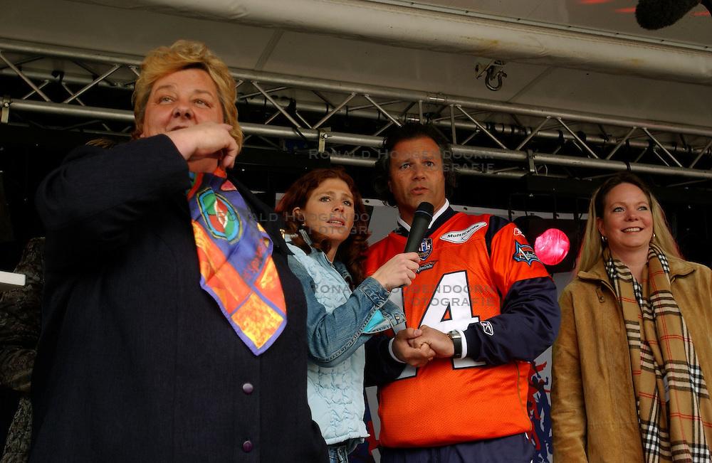 09-04-2004 ALGEMEEN: KICK OFF NATIONALE SPORTWEEK: AMSTERDAM<br /> NOC-NSF voorzitter Erica Terpstra gaf vandaag op de Dam het startsein voor de Nationale Sportweek / Kicker Diliberto en Erica Terpstra en Barbara Barend<br /> &copy;2004-www.fotohoogendoorn.nl