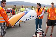 Christien Veelenturf zit in de VeloX4 voor de kwalificaties. Nadat ze de eerste poging is gevallen, haalt ze uiteindelijk 94,4 km/h. Het Human Power Team Delft en Amsterdam (HPT), dat bestaat uit studenten van de TU Delft en de VU Amsterdam, is in Amerika om te proberen het record snelfietsen te verbreken. Momenteel zijn zij recordhouder, in 2013 reed Sebastiaan Bowier 133,78 km/h in de VeloX3. In Battle Mountain (Nevada) wordt ieder jaar de World Human Powered Speed Challenge gehouden. Tijdens deze wedstrijd wordt geprobeerd zo hard mogelijk te fietsen op pure menskracht. Ze halen snelheden tot 133 km/h. De deelnemers bestaan zowel uit teams van universiteiten als uit hobbyisten. Met de gestroomlijnde fietsen willen ze laten zien wat mogelijk is met menskracht. De speciale ligfietsen kunnen gezien worden als de Formule 1 van het fietsen. De kennis die wordt opgedaan wordt ook gebruikt om duurzaam vervoer verder te ontwikkelen.<br /> <br /> Christien Veelenturf sits in the VeloX4 for the qualifications. Crashed at the first attempt, she gets 59.92 mph in the end. The Human Power Team Delft and Amsterdam, a team by students of the TU Delft and the VU Amsterdam, is in America to set a new  world record speed cycling. I 2013 the team broke the record, Sebastiaan Bowier rode 133,78 km/h (83,13 mph) with the VeloX3. In Battle Mountain (Nevada) each year the World Human Powered Speed ??Challenge is held. During this race they try to ride on pure manpower as hard as possible. Speeds up to 133 km/h are reached. The participants consist of both teams from universities and from hobbyists. With the sleek bikes they want to show what is possible with human power. The special recumbent bicycles can be seen as the Formula 1 of the bicycle. The knowledge gained is also used to develop sustainable transport.