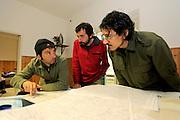Giuseppe Sotgiu, Stefano Bovero und Marco Favelli besprechen anhand von Karten die Freilandarbeiten auf Sardinien.