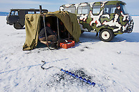 Russie, Siberie, Oblast d'Irkoutsk, lac Baikal, Maloe More ( petite mer), le lac gelé pendant l'hiver, pecheur en hiver// Russia, Siberia, Irkutsk oblast, Baikal lake, Maloe More (little sea), frozen lake during winter, fishing on the ice