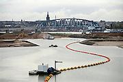 Nederland, Nijmegen, 26-10-2013Aan de overkant van de Waal bij Nijmegen wordt druk gewerkt aan het creeren van een nevengeul in de rivier om bij hoogwater een betere waterafvoer te hebben. Het is een omvangrijk project waarbij onder meer de pijlers van het spoorviaduct een bredere basis moeten krijgen omdat die straks in de loop van het water staan. Ook de n325 die vanaf de Waalbrug naar Arnhem loopt moet over 400 meter opnieuw worden aangelegd omdat het talud vervangen wordt door pijlers. De weg wordt via een bypass omgeleid. Het dorp veur-lent komt op een kunstmatig eiland te liggen.Measures taken by Nijmegen to give the river Waal, Rhine, more space to flow during highwater.Foto: Flip Franssen/Hollandse Hoogte