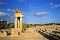 Italie. Sicile. Agrigento. Vallée des Temples. Temple de Castor et Pollux. // Castor and Pollux Temple. Valley of temples. Agrigento. Sicily. Italy.
