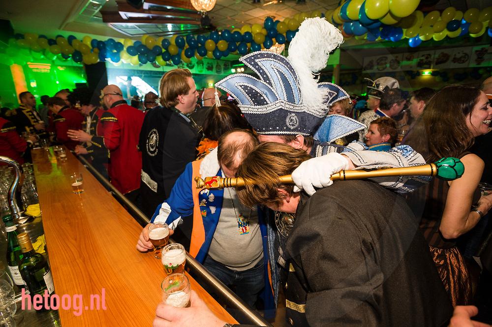 Nederland, Oldenzaal 02feb2018   Even een onderonsje met de prins.- 'Boeskool of the prom' , Bal Masqué , carnaval in Oldenzaal. Prins Han van Benthem met Sic Boudewijn Platvoet en adjudant Milan Greven maken hun opwachting in  zaal Rouwhorst.  Groot feest tot in de late c.q. vroege uurtjes met orkest, diverse artiesten en veel publiek. Fotografie: Cees Elzenga/hetoog.nl CE20180202 Editie: Alle