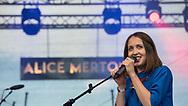 """Obacht Überfliegeralarm! ALICE MERTON hat gerade mal eine EP am Start und ist schon in aller Munde. Grund? Das traumhafte """"No Roots"""", das seit Dezember vergangenen Jahres durch alle Radios wabert und spätestens seit Mai 2017 als Vodafone-Jingle in jedem Ohr zu Hause ist. ALICE-#MERTON die dreiundzwanzigjährige Weltbürgerin mit der großen Stimme."""