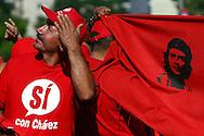 Simpatizantes del presidente venezolano, Hugo Chávez hoy, 30 de noviembre de 2007, en la avenida Bolívar de la capital donde está convocado el cierre de la campaña a favor de la reforma constitucional, el mismo espacio en el que ayer se concentró una multitud opuesta a los cambios en la Carta Magna de 1999 en un referendo que se realizará el próximo domingo. (ivan gonzalez)
