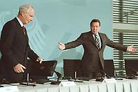 11 JUN 2001, BERLIN/GERMANY:<br /> Dr. Dietmar Kuhnt (L), Vorstandsvorsitzender der RWE AG, und Gerhard Schroeder (R), SPD, Bundeskanzler, vor der Unterzeichnung einer Vereinbarung zwischen der Bundesregierung und den Kernkraftwerksbetreibern zur geordneten Beendigung der Kernenergie, Bundeskanzleramt, Willy-Brand-Strasse<br /> IMAGE: 20010611-03/01-10<br /> KEYWORDS: Energiekonsens, Atomkonsens, Kernkraft, Kernenergie, Konsens, Energieversorgungsunternehmen, Gerhard Schröder