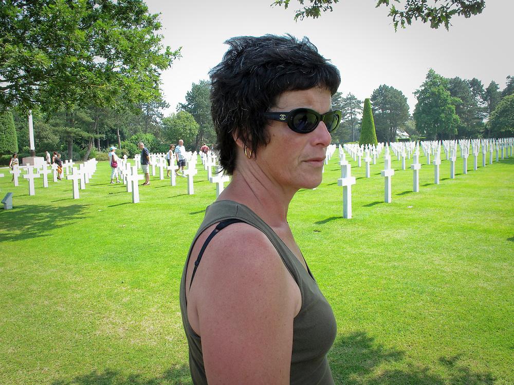 NO CEMITÉRIO AMERICANO EM COLEVILLE-SUR-MER. AT AMERICAN MEMORIAL CEMETERY IN COLEVILLE-SUR-MER