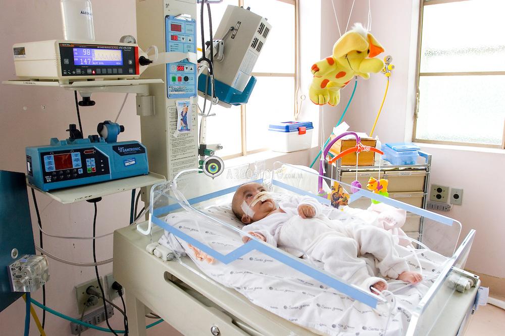 Sao Paulo, SP, Brasil.         oct/2005.Amparo Maternal. Maternidade. Bebe doente na UTI./ Maternal Support. Maternity. Baby in treatment in ER..Foto © Adri Felden/Argosfoto