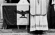 Italia, 2004, dal libro Ci resta il nome. Predappio (Forlì). Messa in memoria del duce, 29 aprile 2003.Nel settembre del 1943, dopo la liberazione da parte dei tedeschi dalla prigionia sul Gran Sasso, Mussolini fonda la Repubblica sociale italiana, la cui prima riunione di governo si tiene alla Rocca delle Caminate, nei pressi di Predappio, luogo natale del Duce..Predappio (Forlì). Remembrance service for the Duce, 29 April 2003. In September 1943, after being liberated by the Germans from his prison on Gran Sasso, Mussolini founded the Italian Social Republic. The first meeting of the government took place in Rocca delle Caminate, near Predappio, birthplace of the Duce. arte, arts, cultura, culture, monument, monumento, sito storico, heritage site