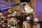 Mannheim. 31.12.17  <br /> Silvesterabend. Silvester. Brand in der Neckarstadt.<br /> Das Mehrfamilienhaus, in dem sich 15 Wohnungen befinden, wurde vollständig evakuiert. Die Bewohner konnten sich anfänglich im Nebenraum einer Kneipe aufhalten. Die Stadt Mannheim brachte später fünf Personen unter, die restlichen Betroffenen fanden bei Verwandten und Freunden eine Bleibe.<br /> Das Haus ist ersten Angaben der Feuerwehr zufolge nicht mehr bewohnbar. Auch den Ermittlern war es am Montagmorgen nicht möglich die Wohnung zu betreten. Der Sachschaden beläuft sich  auf etwa 150.000 Euro. <br /> <br /> <br /> Bild-ID 287   Markus Proßwitz 01JAN18 / masterpress
