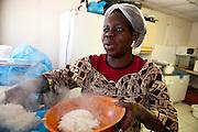 Djelika, 39 jaar, de enige vrouw in het kraakpand, ze kookt elke dag voor de 200 bewoners, haar maaltijd kost 1,80 ?. Sinds 2011 wonen 150 Afrikaanse migranten in een voormalige fabriek in de Parijse voorstand Montreuil, omdat ze illegaal in Frankrijk verblijven, kunnen ze geen woonruimte huren. In het 450 m2 grote pand wonen jonge mannen uit Malië, Ivoorkust, Bukina Faso, Niger.
