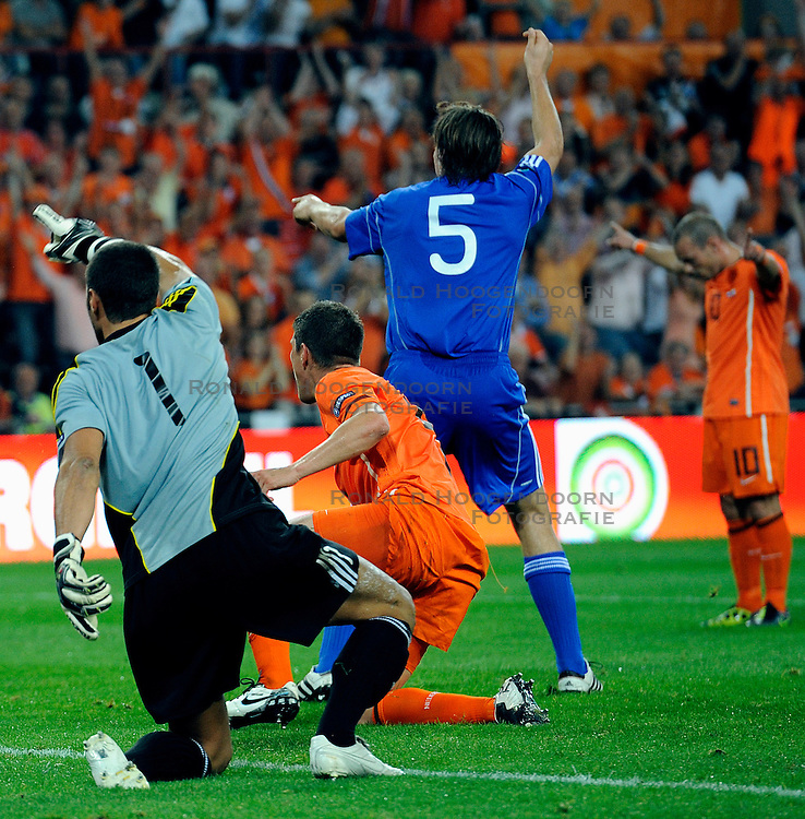 02-09-2011 VOETBAL: NEDERLAND - SAN MARINO: EINDHOVEN<br /> Nederland wint met 11-0 van San Marino / Klaas-Jan Huntelaar scores the 5-0<br /> &copy;2011-FotoHoogendoorn.nl