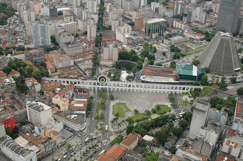 A Lapa vista de cima, com o Aqueduto da Carioca, popularmente conhecido como os Arcos da Lapa e a Catedral Metropolitana, a direita / Rio from above, with the Cathedral of Rio de Janeiro, at right and the Carioca Aqueduct (Portuguese: Aqueduto da Carioca) is an aqueduct in the city of Rio de Janeiro, Brazil. The aqueduct was built in the middle of the 18th century to bring fresh water from the Carioca river to the population of the city. It is an impressive example of colonial architecture and engineering.