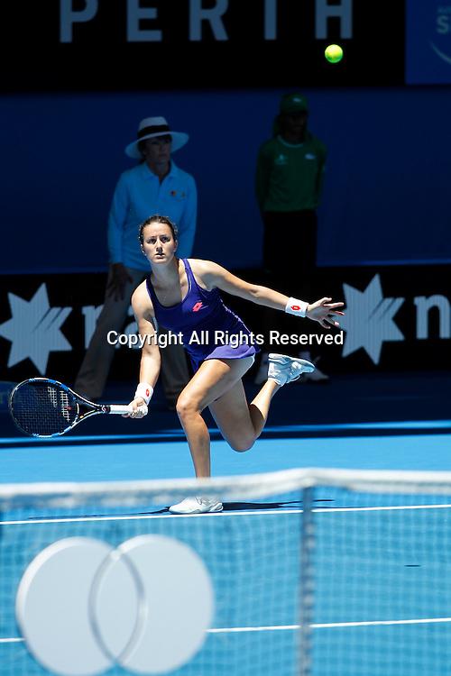 03.01.2017. Perth Arena, Perth, Australia. Mastercard Hopman Cup International Tennis tournament. Lara Arruabarrena (ESP) plays a forehand shot  during her game against Coco Vandeweghe (USA). Vandeweghe won 6-2, 6-4.