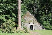 Pyramide im Schlosspark, Schloss Haemelschenburg, Weserrenaissance, Weserbergland, Niedersachsen, Deutschland.| .Schloss Haemelschenburg, Weserbergland, Lower Saxony, Germany.