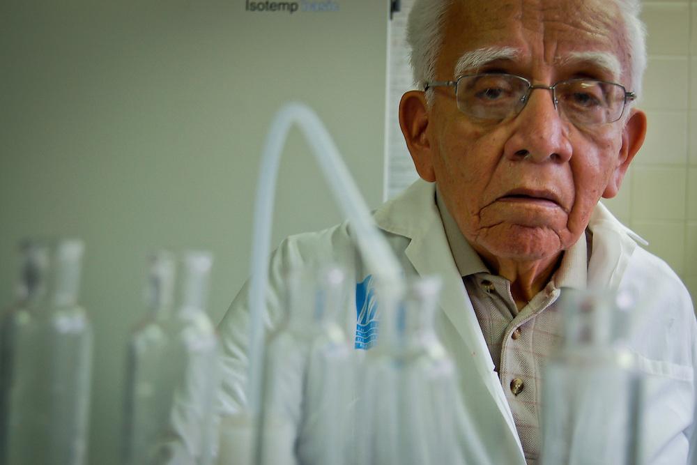 DR. HOMERO AUGUSTO CAMPOS <br /> Caracas - Venezuela 2007<br /> (Copyright © Aaron Sosa) <br /> <br /> Se inició como investigador y docente en la Universidad de San Marcos en 1948. Desde 1958 a 1962 trabaja en Farmacología en la Universidad de Wisconsin, EEUU, donde llega a ser instructor de la Escuela de Medicina. Pasa luego un año en la Universidad de Minnesota, lo que le da suficiente experiencia para dar el salto de la farmacología clásica a la de los neurotransmisores, interesada más en la función y en los cambios bioquímicos del organismo que en el fármaco en sí mismo. Entre 1963 y 1966 organiza el Departamento de Fisiología y Farmacología de la Escuela de Medicina de la Universidad de El Salvador, donde es profesor asociado y luego profesor principal universitario. <br /> <br /> Regresa a Lima y es designado Profesor Principal y Jefe de la asignatura en la Cátedra de Farmacología de la Universidad de San Marcos, donde llega a ser Director de la Escuela de Graduados. En Venezuela, su segunda patria, logra la consolidación de la naciente Cátedra de Farmacología de la Escuela de Medicina José M. Vargas. Bajo su orientación, el equipo docente asume la investigación como su objetivo de vida. Fue Jefe de Cátedra, Presidente de la Sociedad Venezolana de Farmacología, miembro de la Comisión de Ciencias Médicas del CONICIT, profesor de postgrado de las Facultades de Farmacia y Medicina, miembro de jurados de premios nacionales, miembro de la Asociación Americana para el Avance de la Ciencia, de la Academia de Ciencias de Nueva York y de varias sociedades científicas venezolanas.
